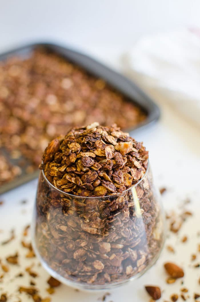 This homemade chocolate granola is super easy to prepare and has a perfect crunchy texture. Healthy, nutritious and naturally sweetened
