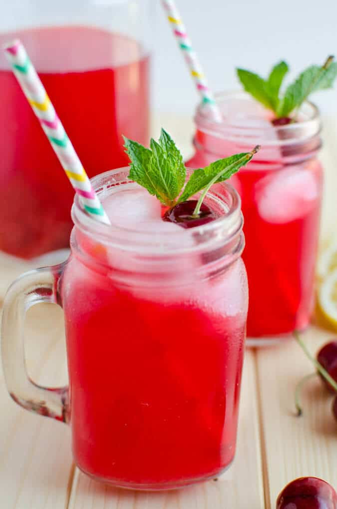 Drink this amazing combination of fresh cherries and lemons. It is healthy and refreshing--a naturally sweetened lemonade for guilt free drinks | watchwhatueat.com
