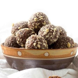 No bake coconut and dates energy balls