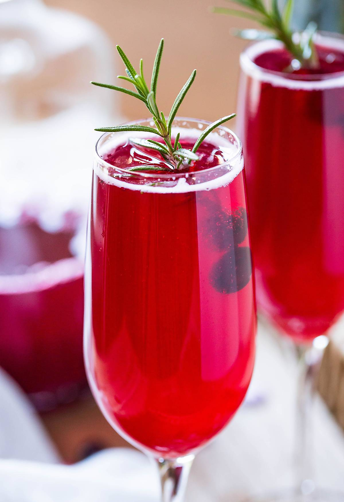 Cranberry Mimosa Recipe - Only two-ingredient mimosa prepared using fresh cranberry juice. Healthy & non-alcoholic. | #nonalcoholic #cranberry #mimosa #thanksgivingdrinks