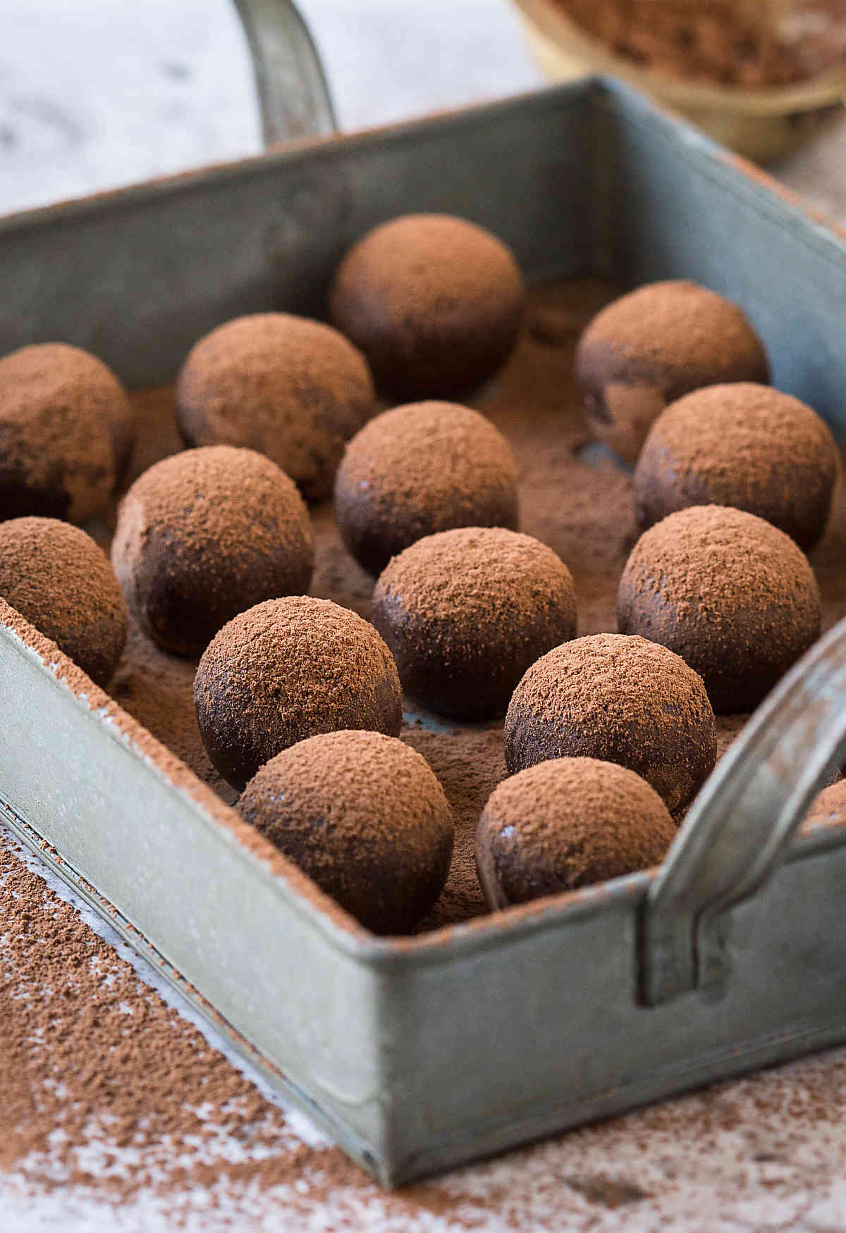 Healthy homemade delicious and nutritious Almond Chocolate Truffles. | #truffles #chocolatetruffles #vegantruffles #almondtruffles