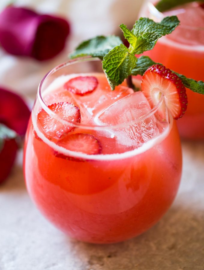 Easy Homemade Fresh Strawberry Lemonade -- healthy, refreshing and cooling drink recipe to enjoy the warm days of spring and summer. | #watchwhatuwat #lemonade #summerdrink