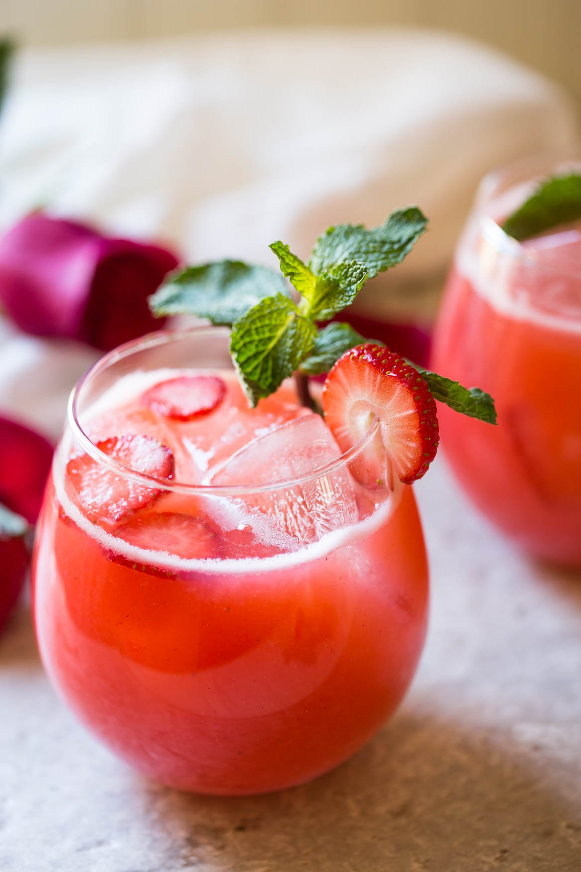 This recipe for homemade fresh strawberry lemonade is super easy to prepare in a few minutes. Perfect refreshing and cooling drink recipe to enjoy the warm days of spring and summer. | #watchwhatuwat #lemonade #summerdrink